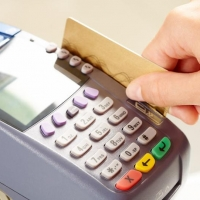 В Омской школе дети могли питаться только по банковским картам