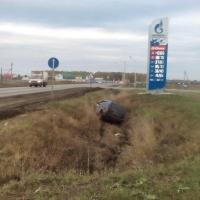 В Омском районе внедорожник слетел в кювет возле заправки