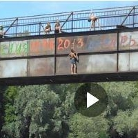 Омские подростки прыгали в Омку с пешеходного моста