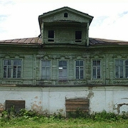 В Омской области разбирают старинное здание с мезонином