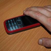 В Омске молодой человек похитил сотовый телефон у пенсионерки
