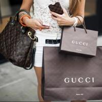 Почему люди приобретают дорогие брендовые вещи?
