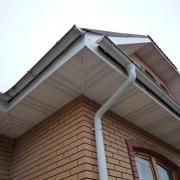 Необходимость применения водостоков для защиты своего дома