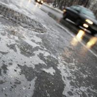 Омских автолюбителей предупреждают о гололеде и ветре