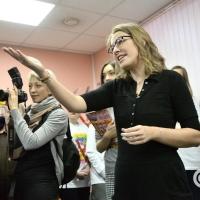 Омичи подарили Ксении Собчак валенки, цветы и конфеты
