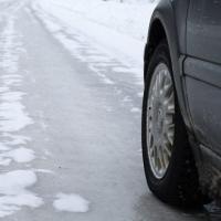 Омичей призвали к осторожности на дороге из-за гололедицы