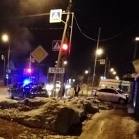 В центре Омска машина такси от удара иномарки влетела в дом