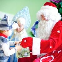 Почти 22 тысячи детей Омской области получат к Новому году губернаторские подарки