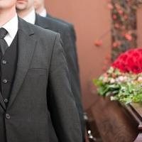 Организация похорон: места на кладбищах стоят дороже иномарок