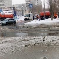 Очередной прорыв водопровода затопил дорогу в Омске