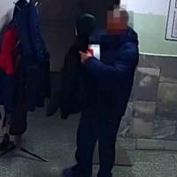 Омич украл чужую куртку, когда повел ребенка ко врачу