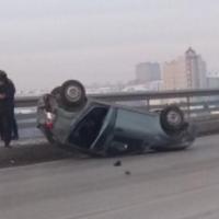 На мосту у телецентра автомобиль перевернулся на крышу