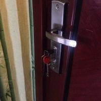 Два пьяных гостя вытолкнули омичку из собственной квартиры