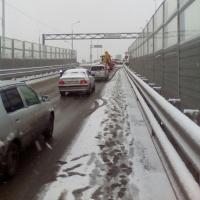 В Омске машины попали в пробку из-за аварии на путепроводе