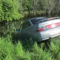 В Омской области мужчина пытался вручную удержать авто от съезда в кювет