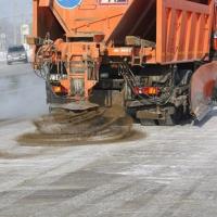 Песко-соляную смесь активно разбрасывают на омские улицы