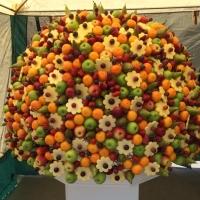 Омичи за пять минут съели самый большой фруктовый букет в России