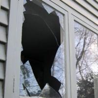 Нетрезвый омич ограбил авто, а заодно просто так разбил окно в супермаркете