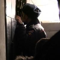 Пьяный омич избил свою мать и заперся в квартире с малолетними детьми