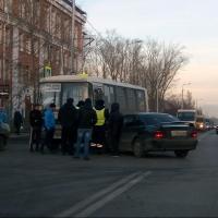 В Омске иномарка влетела в автобус с пассажирами