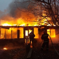 В коттеджном поселке Омска огонь повредил солнечные батареи