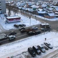 В Омске попавший в ДТП снегоуборщик перегородил улицу