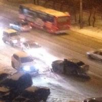 В Центральном округе Омска произошло серьезное ДТП, разбито четыре машины (фото)
