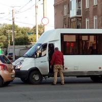 Омич возле цирка напал на водителя «маршрутки»