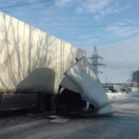 В Омске «Газель» зацепила припаркованную фуру Scania