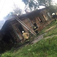 Две омички бросились спасать человека из горящего дома на Жукова
