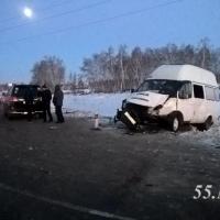 На выезде из Омска в ДТП с маршруткой и легковушкой пострадали шесть человек