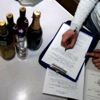 Возвращаясь из-за границы, омичи бьют бутылки с алкоголем, а обвиняют в этом таможенников