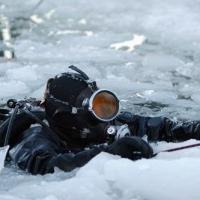Место образования полыньи на Иртыше исследуют водолазы