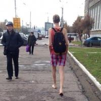 По осеннему Омску босиком разгуливает парень в шортах и майке