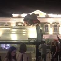 В центре Омска пьяная молодежь устроила танцы на крыше