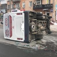 Омская маршрутка с пассажирами перевернулась после столкновения с иномаркой
