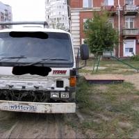 В Омске на Хмельницкого детская площадка превратилась в парковку эвакуатора
