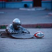 В Омске заставили играть в регби памятники