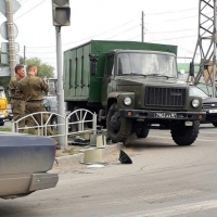 В центре Омска военный грузовик снес светофор