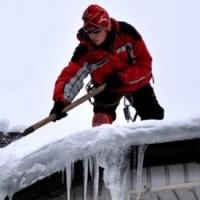 В Омске с крыши дома во время чистки снега упал рабочий