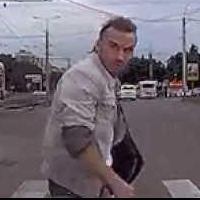 В Омске на Дианова водитель догнал пешехода, нарушавшего ПДД