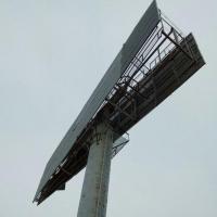 Омичка пожаловалась на разваливающийся рекламный щит возле Метромоста