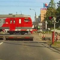 Омичи обсуждают видео: велосипедист на переезде не заметил второй поезд
