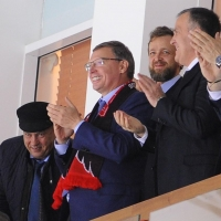 Бурков поболел за «Авангард» и получил в подарок свитер