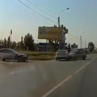 Неадекватный водитель в Омске устроил ДТП