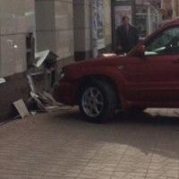 Автоледи на красном кроссовере протаранила стену магазина