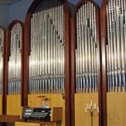 Органу помогает звучать битое стекло в фундаменте