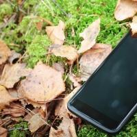 Злоумышленник потерял свой телефон на месте преступления, где украл у омички смартфон