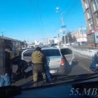 На главной улице Омска задержали группу наркоторговцев