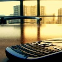 33-летний омич украл у иркутянина бюджетный смартфон в кафе
